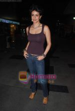 Gul Panag sell tickets in PVR to promote film Turning 30 on 14th Jan 2011 (3).JPG