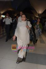 Lata Mangeshkar arrive from Singapore in Airport on 11th Jan 2011 (14).JPG