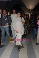 Lata Mangeshkar arrive from Singapore in Airport on 11th Jan 2011 (6).JPG