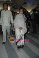 Lata Mangeshkar arrive from Singapore in Airport on 11th Jan 2011 (85).JPG