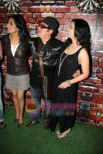 Mahi Gill, Vinay Pathak, Mona Singh at UTT Patang film bash in Dockyard on 17th Jan 2011 (10).JPG