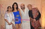 Priyanka Chopra, Lata Mangeshkar at Mickey Contractor MAC bash in Four Seasons on 22nd Jan 2011 (4).JPG