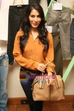 Sophie Choudhry at Denim story store launch in Fort on 2nd Feb 2011 (19).JPG