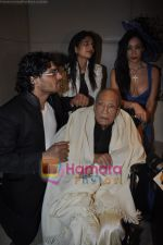 AK Hangal on the ramp for Riyan Gangji at Gitanjali Cyclothon fashion show in Trident, Bandra, Mumbai on 7th Feb 2011.JPG