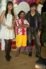 Shaleen Bhanot, Daljeet Kaur, Omkar Das at Taz_s film mahurat Chal Joothey in Blue Waters on 10th Feb 2011 (67).JPG