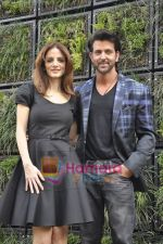 Hrithik Roshan, Suzanne Roshan at the Launch of Suzanne Roshan_s The Charcoal Project in Andheri, Mumbai on 27th Feb 2011 (123).JPG