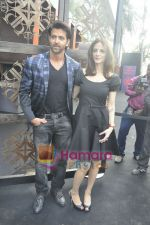 Hrithik Roshan, Suzanne Roshan at the Launch of Suzanne Roshan_s The Charcoal Project in Andheri, Mumbai on 27th Feb 2011 (5).JPG