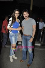 Saif Ali Khan, Deepika Padukone return from Aarakshan shoot wrap-up in Bhopal at Mumbai Airport on 16th March 2011 (2).JPG