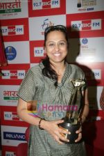 Vaishali Samant unveiled the BIG Marathi Entertainment Awards trophy at the studios of 92.7 BIG FM on 28th March 2011.JPG
