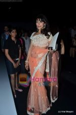 Koel Purie at Manish Malhotra show on Wills Lifestyle India Fashion Week 2011 - Day 3 in Delhi on 8th April 2011 (3).JPG