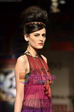 Model walks the ramp for Niki Mahajan show on Wills Lifestyle India Fashion Week 2011-Day 4 in Delhi on 9th April 2011 (109).JPG