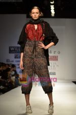 Model walks the ramp for Pero show on Wills Lifestyle India Fashion Week 2011-Day 4 in Delhi on 9th April 2011 (24).JPG