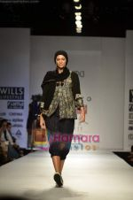 Model walks the ramp for Pero show on Wills Lifestyle India Fashion Week 2011-Day 4 in Delhi on 9th April 2011 (27).JPG