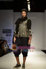 Model walks the ramp for Pero show on Wills Lifestyle India Fashion Week 2011-Day 4 in Delhi on 9th April 2011 (28).JPG
