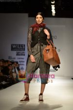 Model walks the ramp for Pero show on Wills Lifestyle India Fashion Week 2011-Day 4 in Delhi on 9th April 2011 (3).JPG