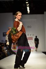 Model walks the ramp for Pero show on Wills Lifestyle India Fashion Week 2011-Day 4 in Delhi on 9th April 2011 (30).JPG