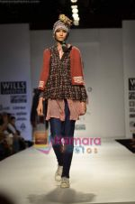 Model walks the ramp for Pero show on Wills Lifestyle India Fashion Week 2011-Day 4 in Delhi on 9th April 2011 (32).JPG