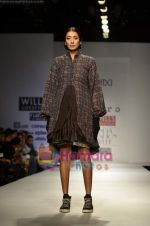 Model walks the ramp for Pero show on Wills Lifestyle India Fashion Week 2011-Day 4 in Delhi on 9th April 2011 (44).JPG