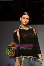Model walks the ramp for Pero show on Wills Lifestyle India Fashion Week 2011-Day 4 in Delhi on 9th April 2011 (47).JPG