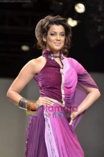 Mugdha Godse walks the ramp for Pallavi Jaipur show on Wills Lifestyle India Fashion Week 2011-Day 4 in Delhi on 9th April 2011 (12).JPG