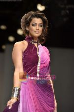 Mugdha Godse walks the ramp for Pallavi Jaipur show on Wills Lifestyle India Fashion Week 2011-Day 4 in Delhi on 9th April 2011 (14).JPG