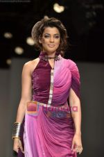 Mugdha Godse walks the ramp for Pallavi Jaipur show on Wills Lifestyle India Fashion Week 2011-Day 4 in Delhi on 9th April 2011 (15).JPG