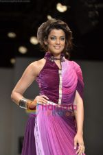 Mugdha Godse walks the ramp for Pallavi Jaipur show on Wills Lifestyle India Fashion Week 2011-Day 4 in Delhi on 9th April 2011 (16).JPG