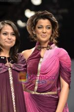 Mugdha Godse walks the ramp for Pallavi Jaipur show on Wills Lifestyle India Fashion Week 2011-Day 4 in Delhi on 9th April 2011 (2).JPG