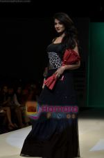 Sonal Chauhan walks the ramp for Sylph By Sadan show on Wills Lifestyle India Fashion Week 2011-Day 4 in Delhi on 9th April 2011 (5).JPG