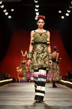 Model walks the ramp for Sabyasachi show on Wills Lifestyle India Fashion Week 2011-Day 5 in Delhi on 10th April 2011 (25).JPG