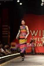 Model walks the ramp for Sabyasachi show on Wills Lifestyle India Fashion Week 2011-Day 5 in Delhi on 10th April 2011 (58).JPG
