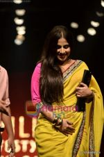 Vidya Balan at Sabyasachi show on Wills Lifestyle India Fashion Week 2011-Day 5 in Delhi on 10th April 2011 (26).JPG