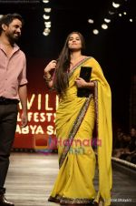 Vidya Balan at Sabyasachi show on Wills Lifestyle India Fashion Week 2011-Day 5 in Delhi on 10th April 2011 (32).JPG