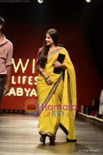 Vidya Balan at Sabyasachi show on Wills Lifestyle India Fashion Week 2011-Day 5 in Delhi on 10th April 2011 (46).JPG