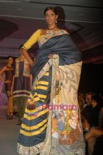 at SNDT Chrysalis fashion show in lalit intercontinental, Mumbai on 18th April 2011 (33).JPG