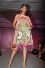 at SNDT Chrysalis fashion show in lalit intercontinental, Mumbai on 18th April 2011 (36).JPG
