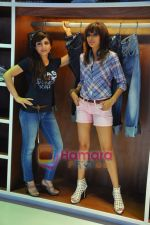 Soha Ali Khan, Mrinalini Sharma at GAS photo-shoot in GAS Store, Mumbai on 29th April 2011 (14).JPG