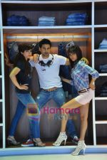 Soha Ali Khan, Rajeev Khandelwal, Mrinalini Sharma at GAS photo-shoot in GAS Store, Mumbai on 29th April 2011 (12).JPG