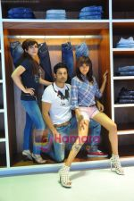 Soha Ali Khan, Rajeev Khandelwal, Mrinalini Sharma at GAS photo-shoot in GAS Store, Mumbai on 29th April 2011 (14).JPG