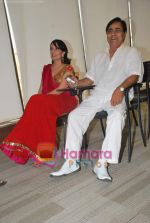 Jagjit Singh, Manesha Agarwal at the launch of Manesha Agarwal_s album Padaro Mhare Dess.. in Parel on 2ns May 2011 (3).JPG