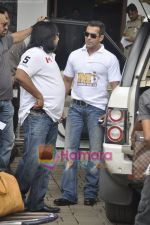 Salman Khan leaves for CCL opening ceremony in Airport, Mumbai on 3rd June 2011 (7).JPG
