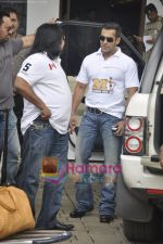 Salman Khan leaves for CCL opening ceremony in Airport, Mumbai on 3rd June 2011 (8).JPG