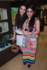 Zoa Morani, Giselle Monteiro at Gitanjali D_damas new collection launch in Atria Mall on 15th June 2011 (5).JPG