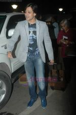 Vivek Oberoi leaves for IIFA with family in Mumbai Airport on 23rd June 2011 (12).JPG