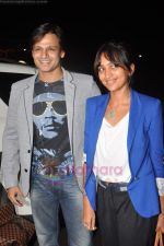 Vivek Oberoi leaves for IIFA with family in Mumbai Airport on 23rd June 2011 (24).JPG