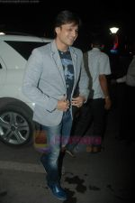 Vivek Oberoi leaves for IIFA with family in Mumbai Airport on 23rd June 2011 (5).JPG