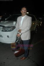 Vivek Oberoi leaves for IIFA with family in Mumbai Airport on 23rd June 2011 (6).JPG