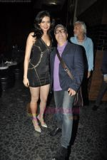 Vinay Pathak, Karishma Tanna at FHM Sexiest people issue in canvas, Mumbai on 24th June 2011 (72).JPG