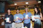 Kanishtha Dhanker, Randeep Hooda, Sudhir Mishra, Anurag Anand at Reality Bytes book release by Anurag Anand in Landmark, Mumbai on 5th July 2011 (21).JPG