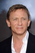 Daniel Craig arrives at the world premiere of the movie Cowboys and Aliens at San Diego Civic Theatre on July 23, 2011 in San Diego, California.jpg